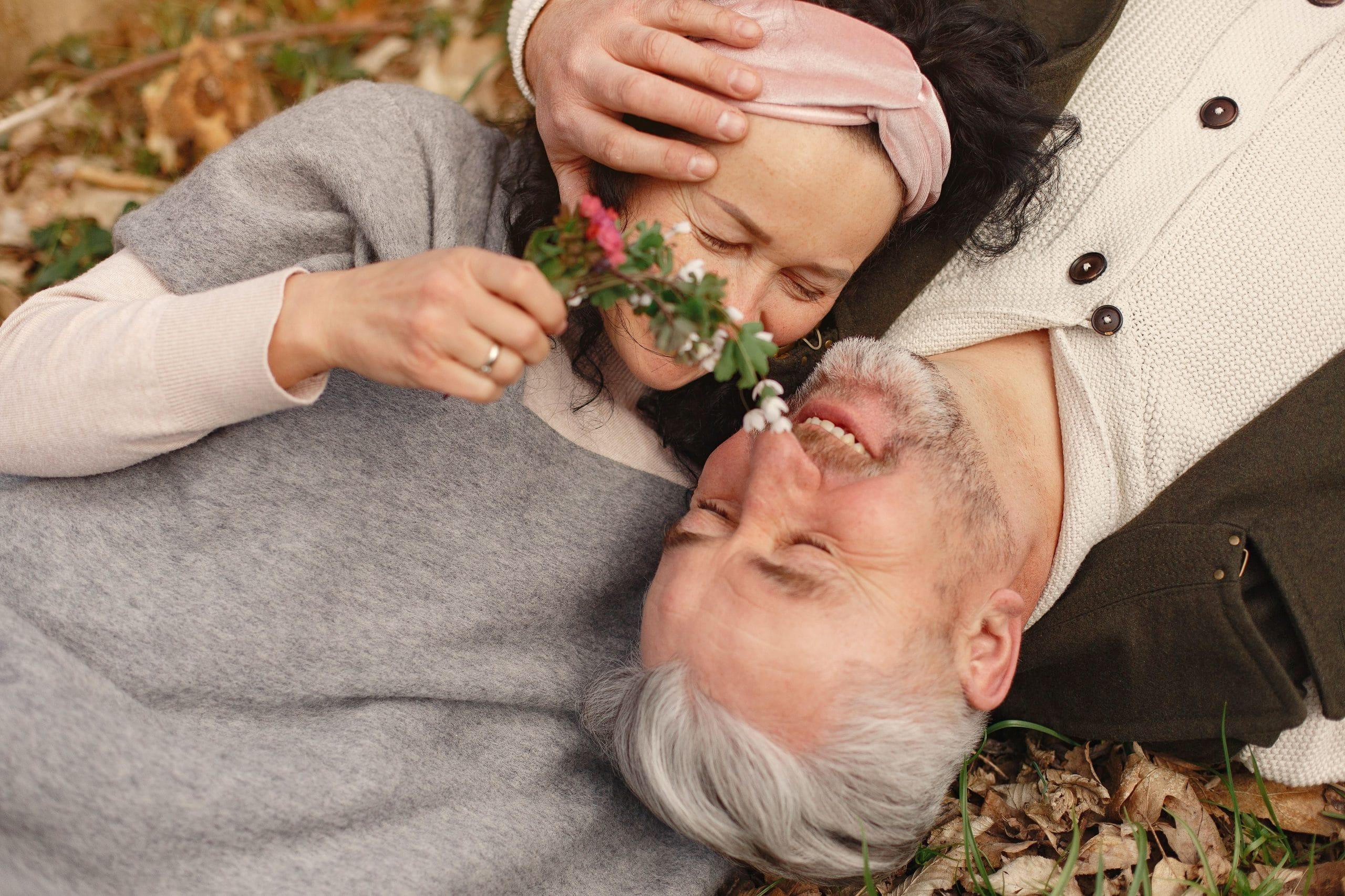 Deux personnes heureuses d'entendre grâce à un implant cochléaire