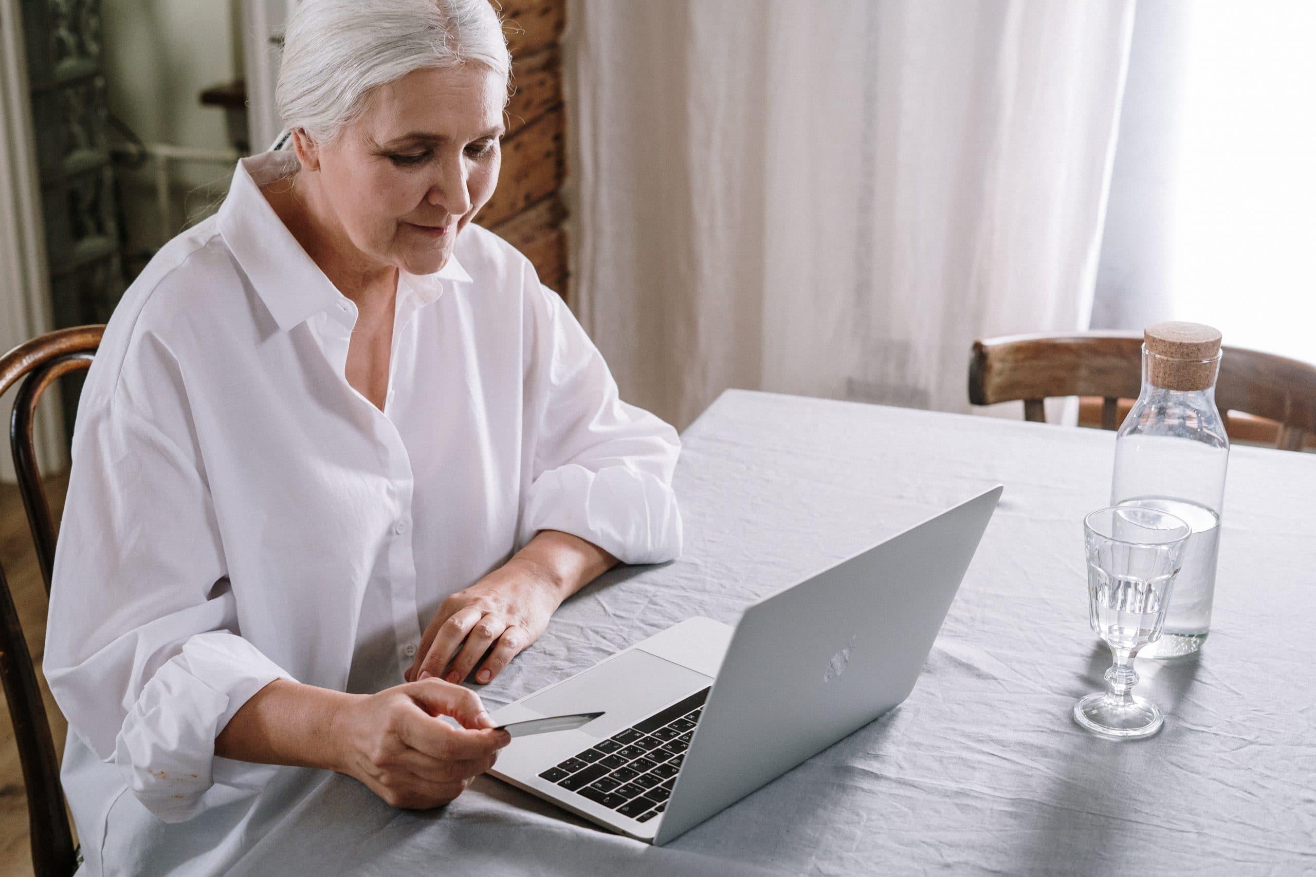 Une dame fait appel a son audioprothésiste via la téléaudiologie