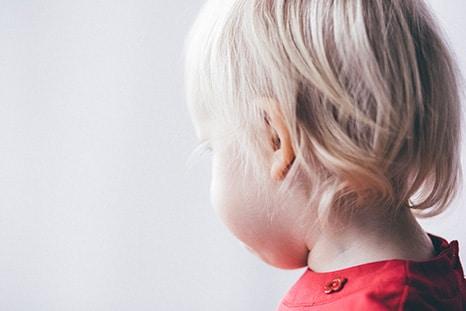 un enfant atteint de surdité
